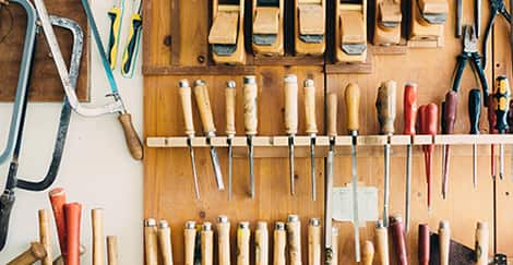 Werkzeugborte mit Sägen und Schraubenziehern